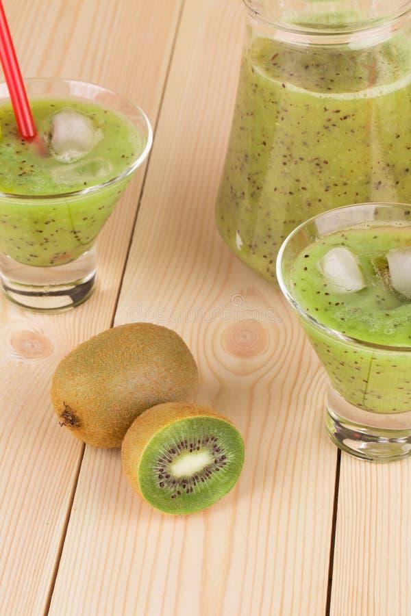Smaklig kiwifruktsaft royaltyfria bilder