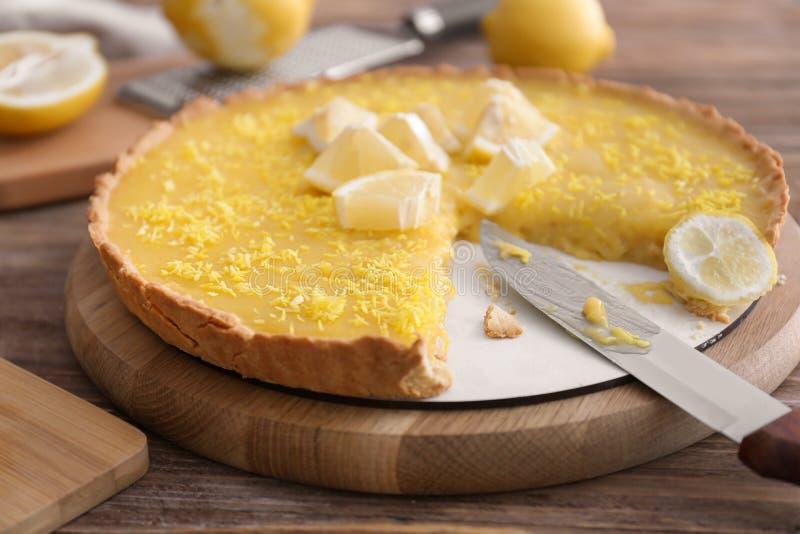 Smaklig klippt citronpaj på trätabellen royaltyfria foton