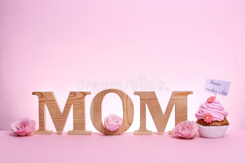 Smaklig muffin för dagen och ordet MAMMA för moder` s royaltyfri fotografi