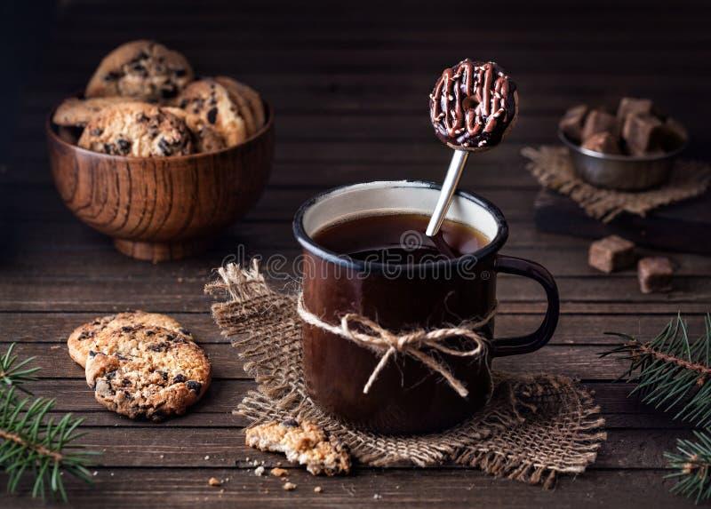 Smaklig munksked och chokladkakor royaltyfri bild