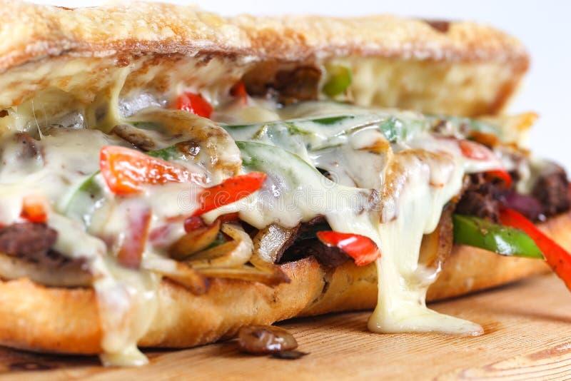 Smaklig nötköttbiffsmörgås med lökar, champinjonen och smältt provoloneost arkivfoto