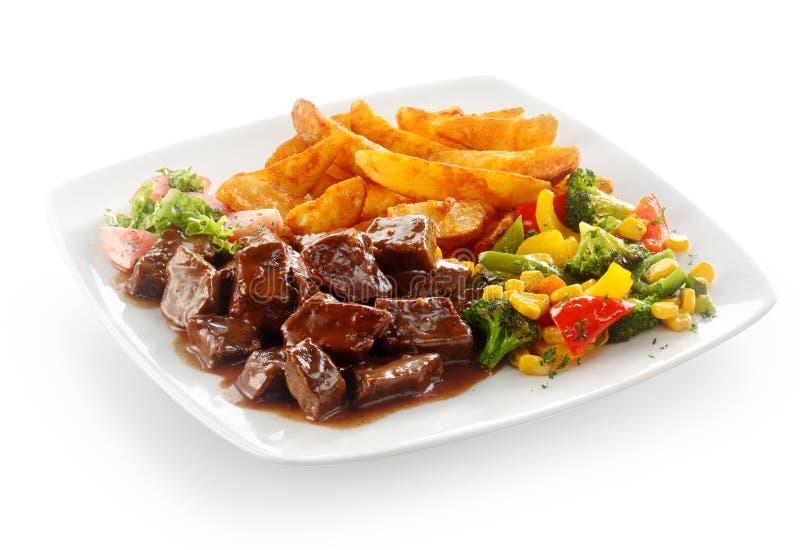 Smaklig nötköttgulasch med grönsaker royaltyfria bilder