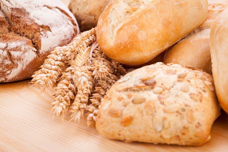 Smaklig ny bakad naturlig mat för brödbullebagett royaltyfri fotografi