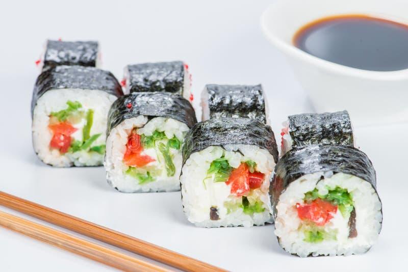 Smaklig ny skullavokadoMaki sushi med ris, avokado, tobiko a fotografering för bildbyråer