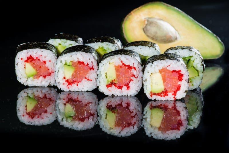 Smaklig ny skullavokadoMaki sushi med ris, avokado, tobiko a arkivfoto