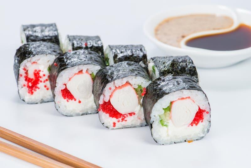 Smaklig ny skullavokadoMaki sushi med ris, avokado, tobiko a royaltyfria foton