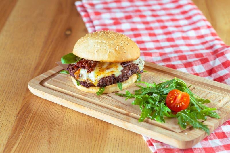 Smaklig och aptitretande hamburgare royaltyfri bild
