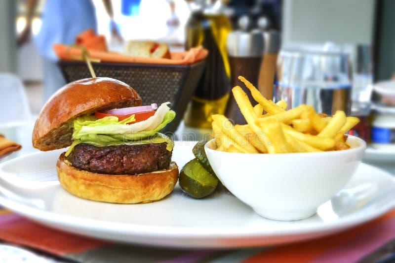 Smaklig och aptitretande hamburgareostburgare arkivfoto