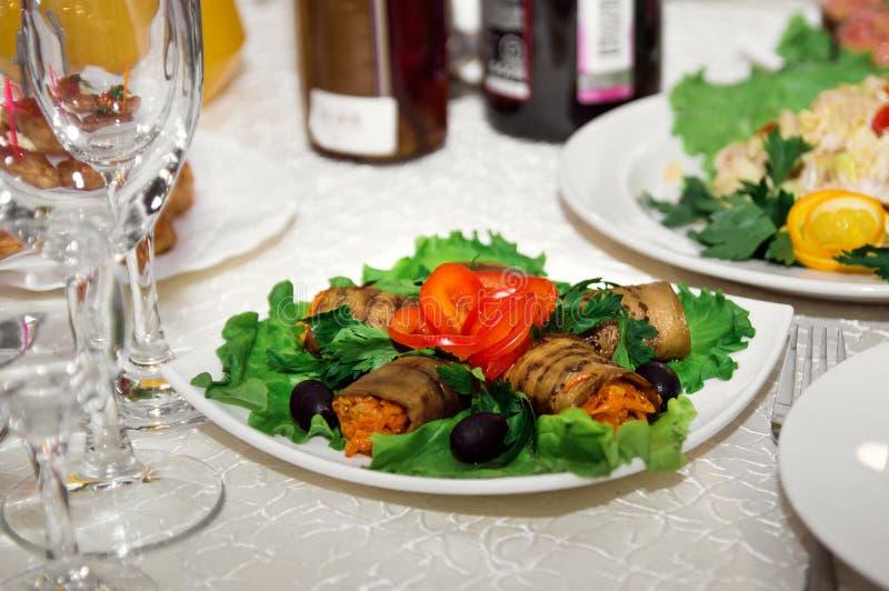 Smaklig omväxlande mat på den tjänade som festliga tabellen fotografering för bildbyråer