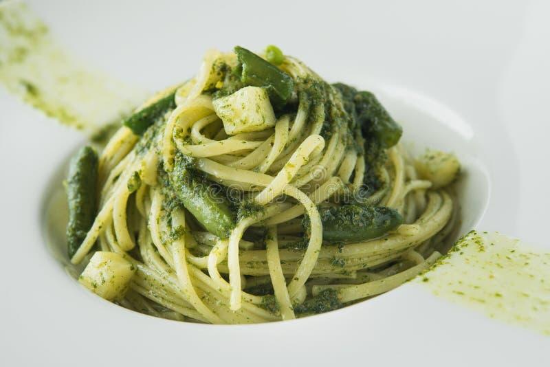 Smaklig pasta med asparaguson royaltyfri fotografi