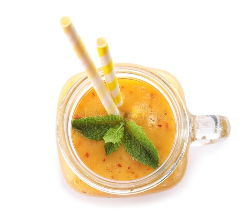 Smaklig persikasmoothie i murarekrus arkivbilder