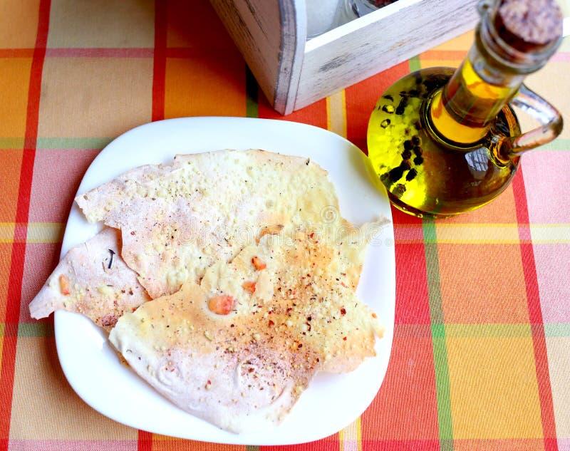 smaklig pitabröd och en flaska av oliv royaltyfri bild