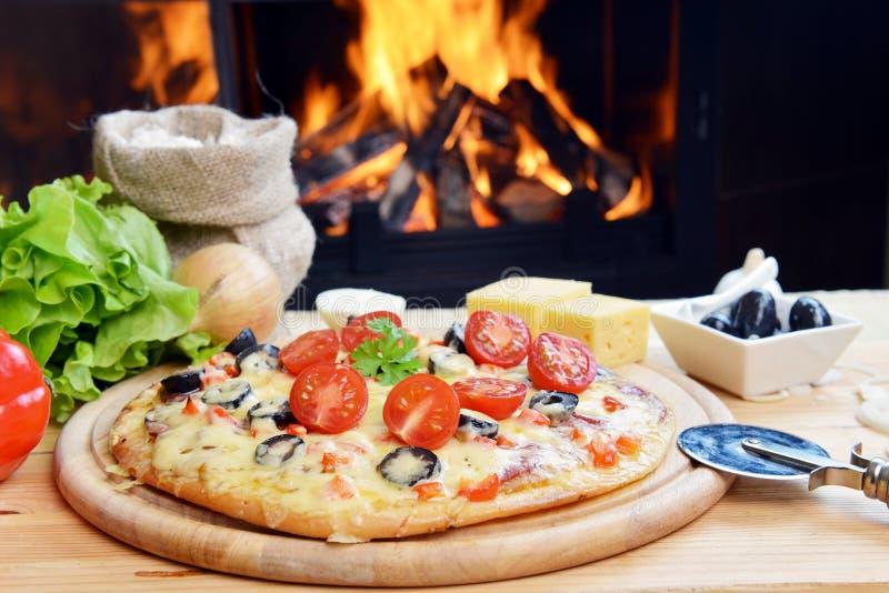 Download Smaklig pizza arkivfoto. Bild av grönsallat, gott, lök - 27285278