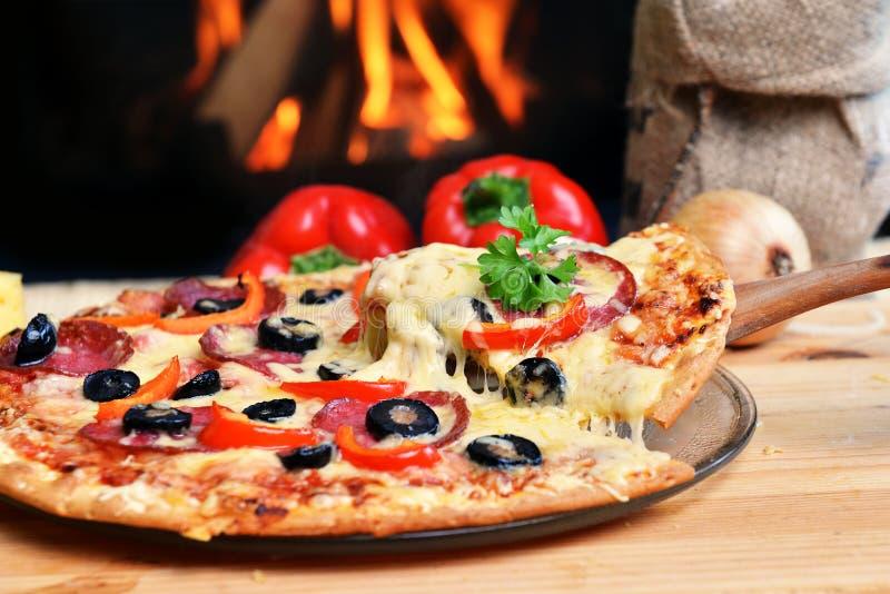 Download Smaklig pizza arkivfoto. Bild av flamma, matställe, gott - 27285310