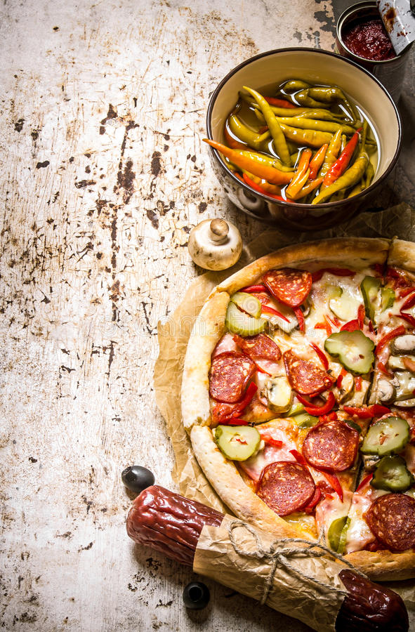 Smaklig pizza med peperoni- och tomatsås royaltyfria foton