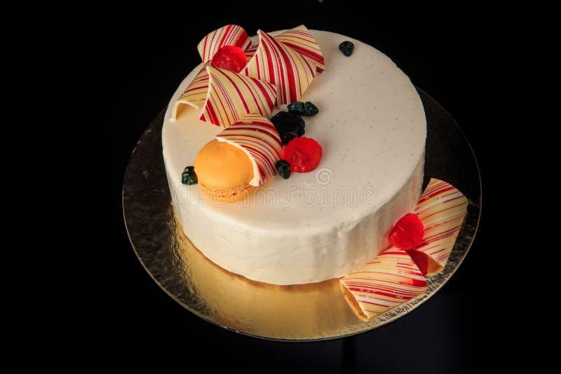 smaklig rund kaka för bästa sikt med vit glasyr arkivfoton