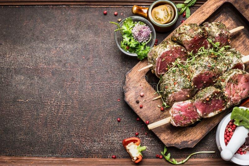 Smaklig steknålförberedelse för rått kött med ny läcker smaktillsats på lantlig bakgrund, överkant royaltyfria bilder