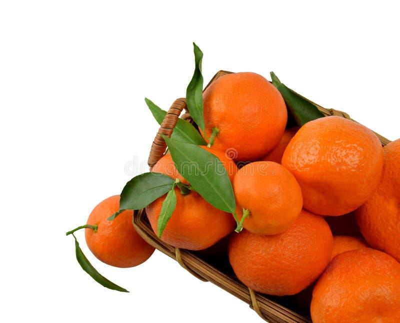 Smaklig tangerin i en träkorg arkivbilder