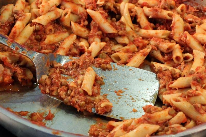 Smaklig tonfiskpasta med kapris i tomatsås royaltyfria bilder