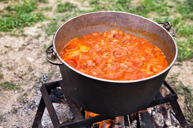 Smaklig ungersk bograch för gulaschsoppa med paprika- och nötköttkött royaltyfri foto
