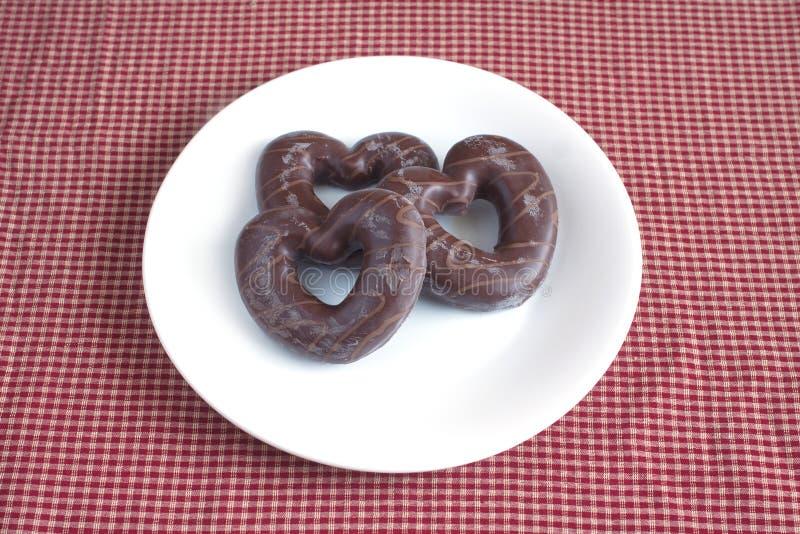 Smaklig valentindag Dolda kex för choklad på en platta fotografering för bildbyråer