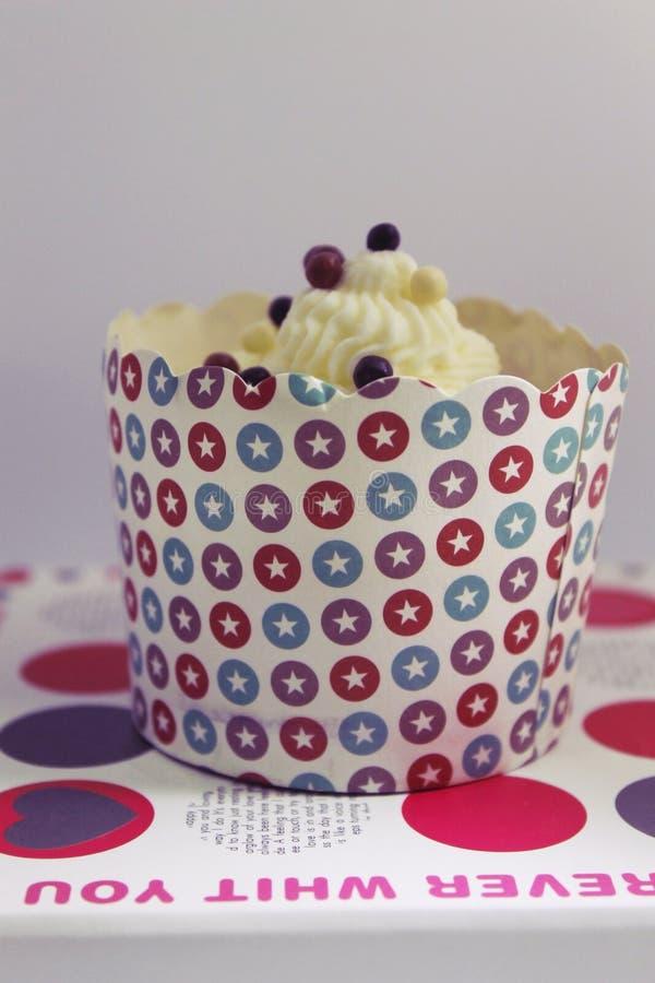 Smaklig vaniljmuffin på en ställning royaltyfri bild