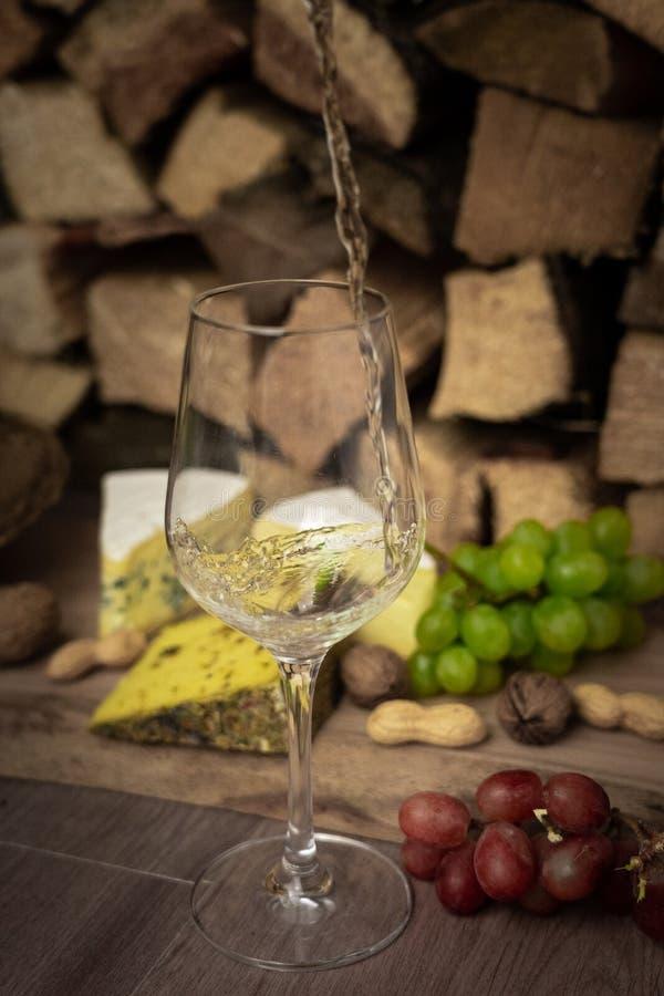 Smaklig vinmatställe med ost och druvor royaltyfria foton