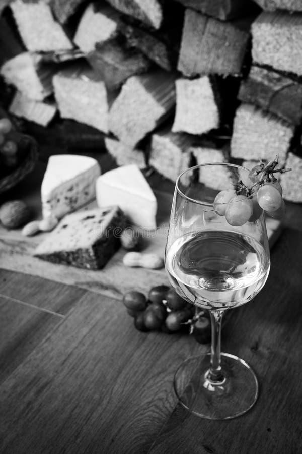 Smaklig vinmatställe med ost och druvor arkivbilder