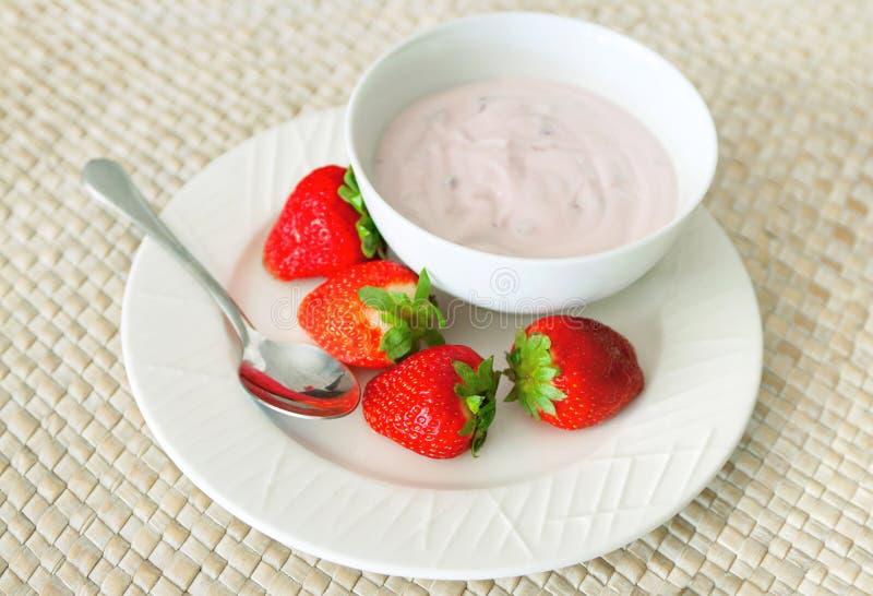 Smaklig yoghurt med jordgubbar arkivfoton