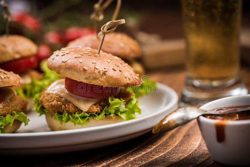 Smakliga amerikanska hamburgare med sås arkivfoton