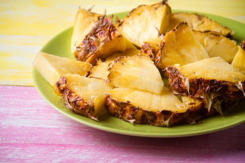 Smakliga ananasstycken arkivbild