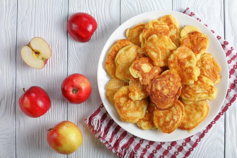 Smakliga Apple laddade pannkakor på plattan arkivbild