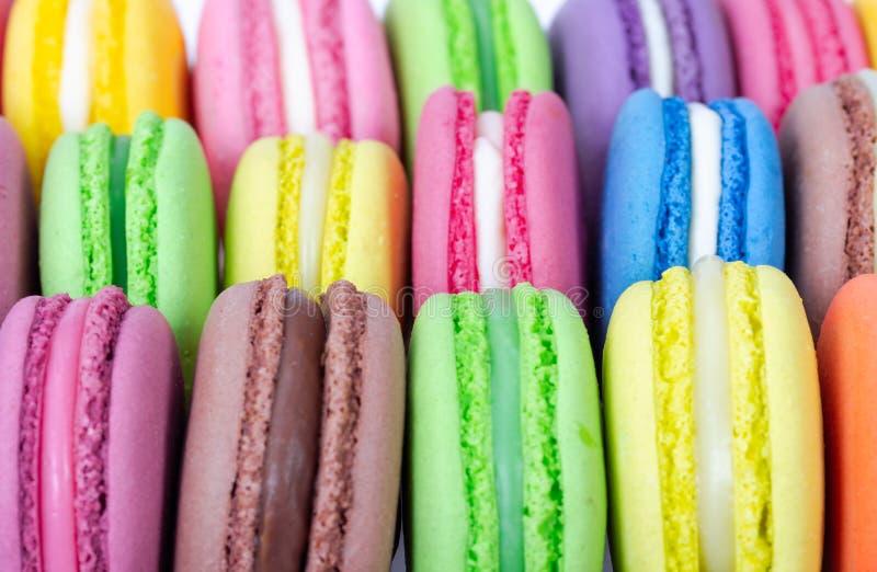 Smakliga färgrika franska macarons i rader royaltyfri fotografi