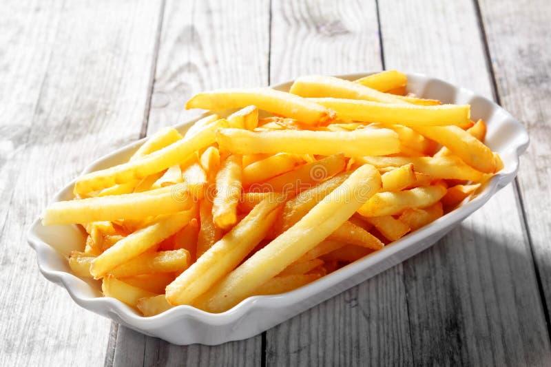 Smakliga Fried Potato French Fries på den vita plattan arkivbilder