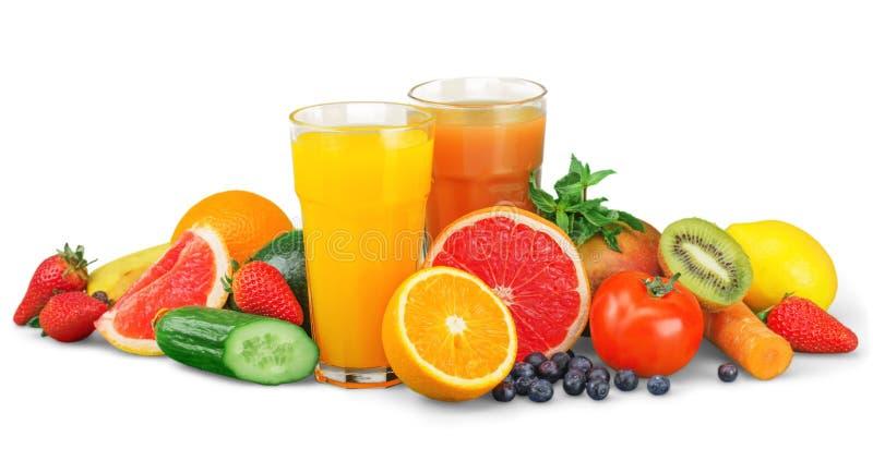 Smakliga frukter och fruktsaft med vitaminer på royaltyfria bilder