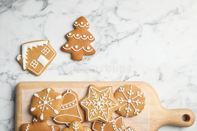 Smakliga hemlagade julkakor och bräde royaltyfria bilder