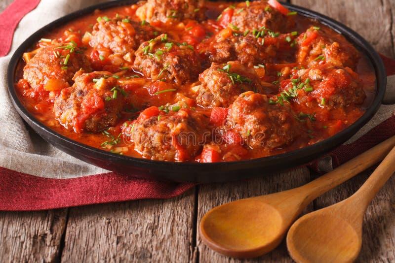 Smakliga köttbullar med kryddig tomatsås på en maträttnärbild Hori royaltyfria bilder