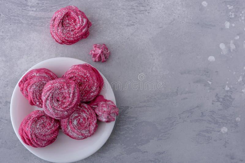 Smakliga marängkakor på plattan royaltyfria foton
