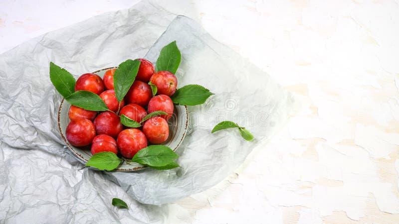 Smakliga organiska renkloplommoner på den lokala marknaden royaltyfri bild