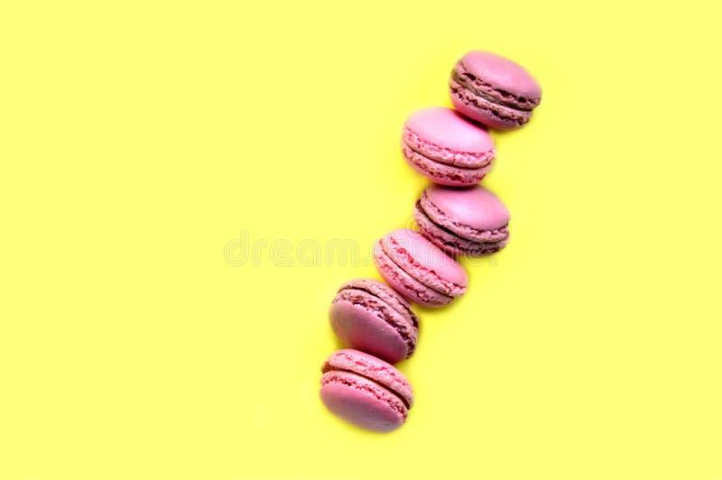 Smakliga s?ta macarons Top besk?dar Begreppet av gl?dje, g?vor royaltyfri fotografi