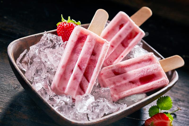 Smakliga sunda nya jordgubbeisglassar arkivfoto