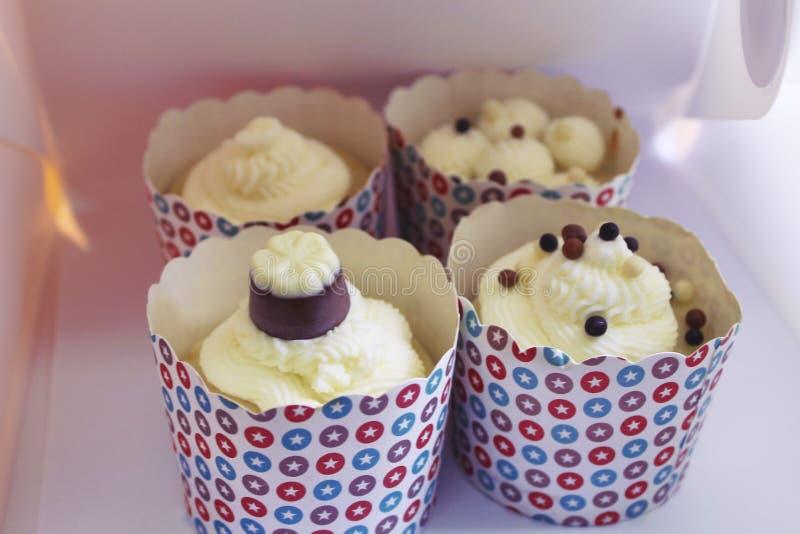 Smakliga vaniljmuffin på en ställningssikt från sidan royaltyfria foton