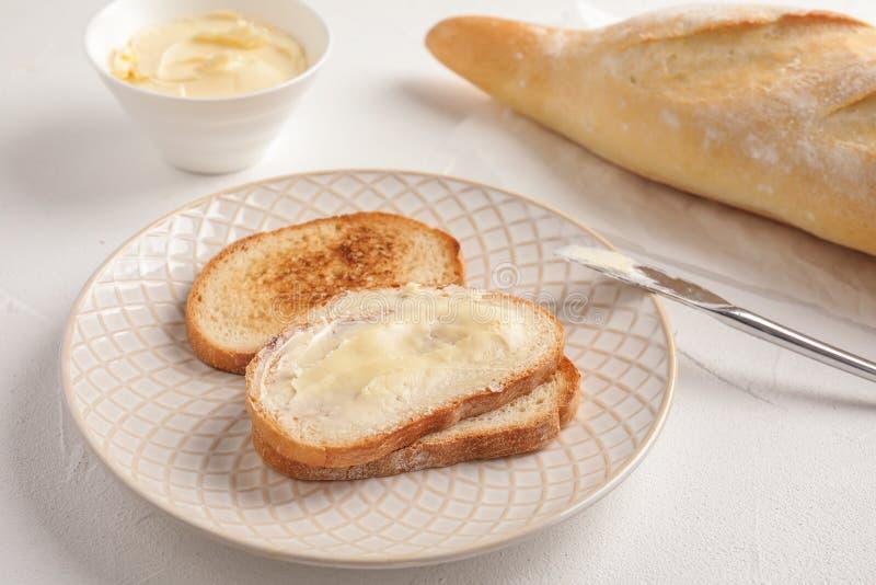 Smakligt bröd med smör för frukost på royaltyfria foton