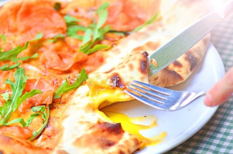 Smakligt italienskt pizzaslut upp royaltyfri bild