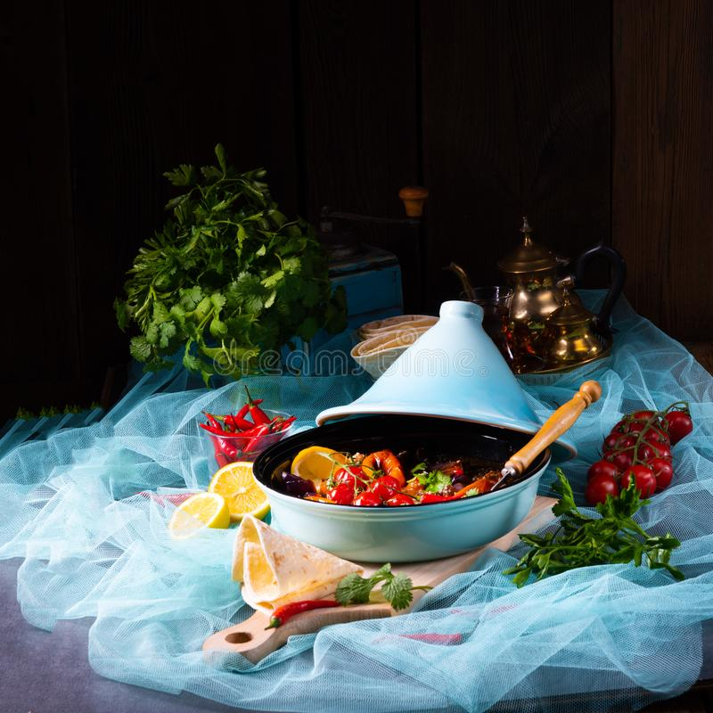Smakligt kryddigt nötkött med olika grönsaker som lagas mat i tagine arkivfoton