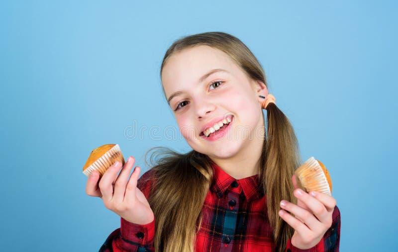 smakligt mellanm?l Barn ?lskar muffin Hems?kt med hemlagad mat Banta sund n?ring och kalorin Smaskiga muffin royaltyfri foto