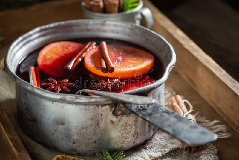Smakligt och hemlagat funderat rött vin med kryddor och granen royaltyfria foton