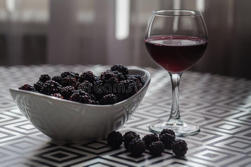 Smakligt rött vin med björnbär fotografering för bildbyråer