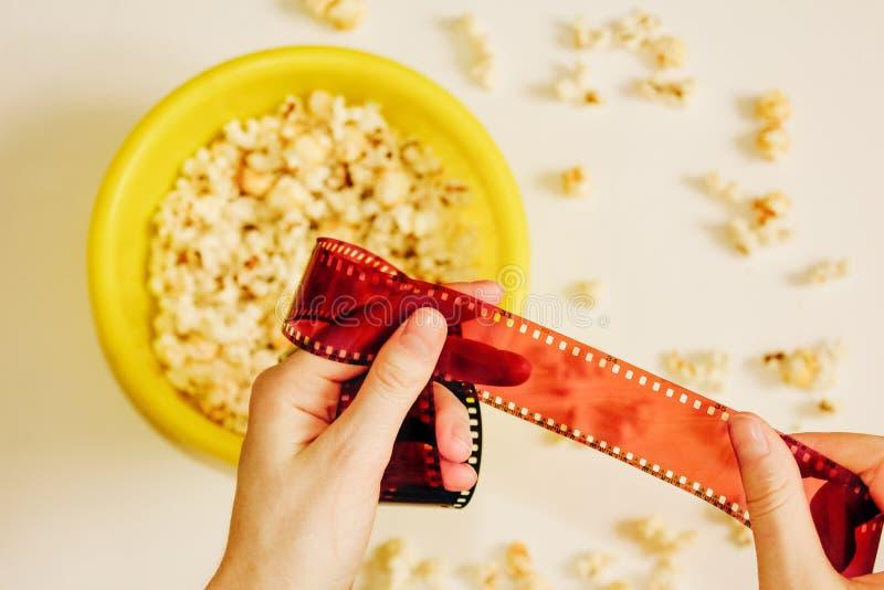 Smakligt rimmat popcorn i bunke på vit bakgrund Lägenheten lägger av bunken för pophavre Top beskådar Pophavre-slut upp royaltyfri foto