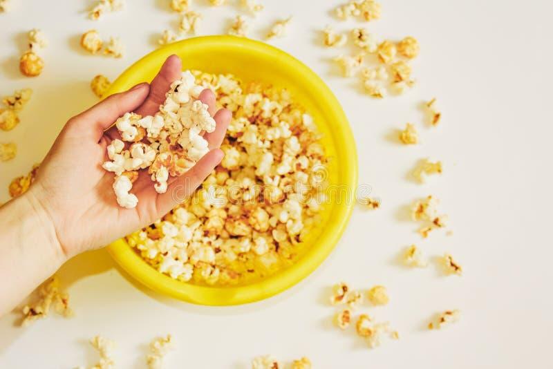 Smakligt rimmat popcorn i bunke på vit bakgrund Lägenheten lägger av bunken för pophavre Top beskådar Pophavre-slut upp arkivfoto